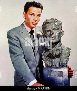 FRANK SINATRA (1915-1998) chanteur et acteur de cinéma avec un buste de lui-même par Jo Davidson en 1946
