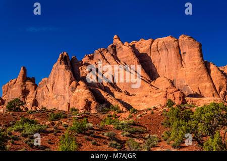 Les USA, Utah, grand comté, Moab, Arches National Park, formations rocheuses dans les Devils Garden Road Banque D'Images