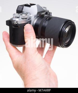 Isolé sur blanc - appareil photo Olympus OM-D E-M5 MkII avec Tamron 14-150mm zoom lens Banque D'Images