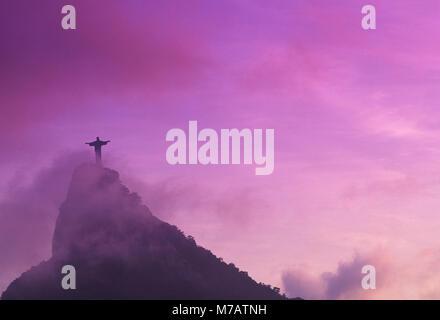 Low angle view of a statue de Jésus Christ, le Christ Rédempteur, Rio de Janeiro, Brésil Banque D'Images