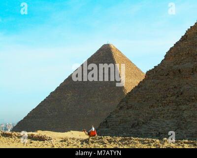 L'homme sur un chameau en face des pyramides, giza Pyramids, Giza, Le Caire, Egypte Banque D'Images