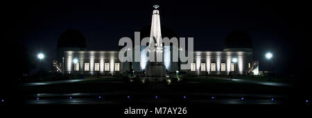Building lit up at night, l'Observatoire de Griffith Park, Los Angeles, Californie, USA Banque D'Images