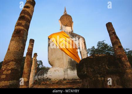 Ruines de l'ancienne statue de Bouddha dans un temple, Wat Mahathat, Parc historique de Sukhothaï, Sukhothai, Thaïlande Banque D'Images