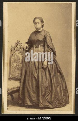 Portrait en pied d'un African American Woman, debout à côté d'une chaise) - photographié par William Abel, Flamington, N.J. RCAC2010647809