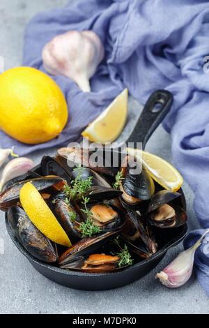 Coquilles de moules au délicieux dans la vinaigrette au citron et à l'ail avec le thym. Les fruits de mer d'épices. Apéritif gourmet. Selective focus