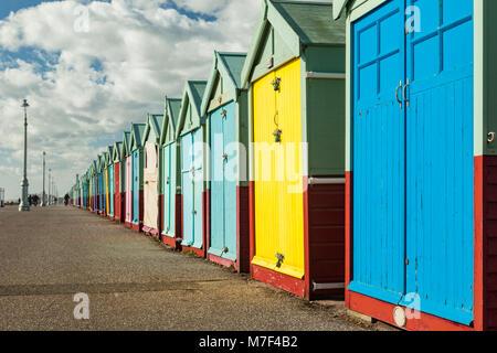 Cabines de plage multicolores sur Hove front, au Royaume-Uni. Banque D'Images