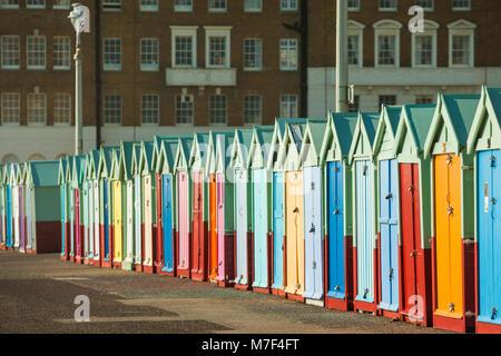 Cabines de plage sur le front de mer de Brighton, Angleterre. Banque D'Images