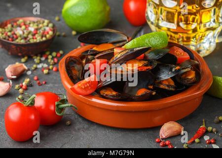 Les moules en coquilles avec tomates et sauce épicée de piments et l'ail. Délicieux en-cas à la bière. Des plats méditerranéens. Selective focus