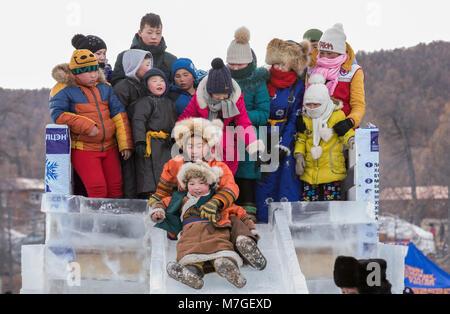 Hatgal, la Mongolie, le 4 mars 2018: les enfants mongols habillés en vêtements traditionnels sur la glace d'un Banque D'Images