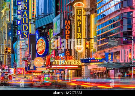 NEW YORK - 14 NOVEMBRE 2016: déplacement du trafic ci-dessous les enseignes lumineuses de la 42e Rue. La rue abrite Banque D'Images