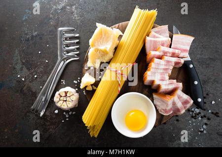 Ingrédients pour la cuisson des pâtes Carbonara, spaghetti à la pancetta, l'oeuf dur et de parmesan. La cuisine Banque D'Images