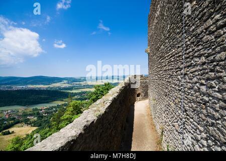 Vue des ruines du château Chojnik médiéval situé en haut d'une colline recouverte de forêt à Jelenia Gora, Pologne