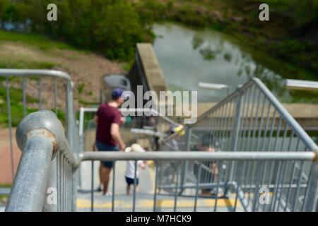 Père et fils en descendant les escaliers en acier galvanisé, Ross River Dam, barrage Ross, Kelso Accès France Banque D'Images