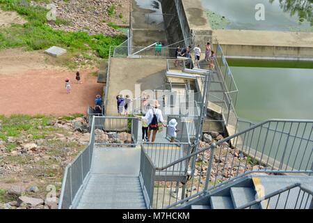 Les enfants et les adultes en descendant les escaliers en acier galvanisé, Ross River Dam, barrage Ross, Kelso Accès Banque D'Images
