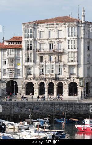Vieux bâtiments à arcades dans le port, Castro Urdiales Cantabrie; Espagne;