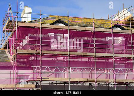 Un filet de sécurité et d'échafaudage rose. Banque D'Images