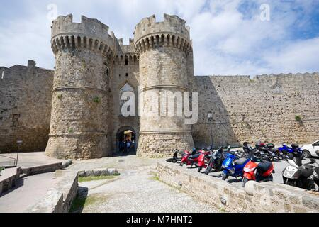 RHODES, Grèce - Mai 08: Fortifications de la vieille ville de Rhodes - Marine Gate (Porte de la mer) le Mai 08, Banque D'Images