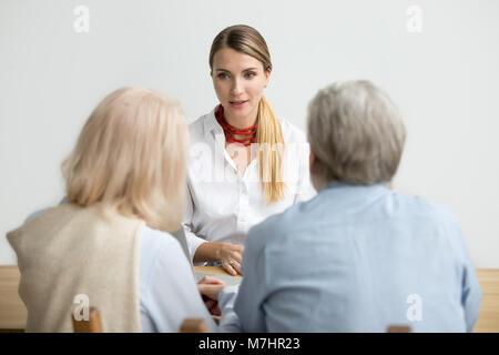Arranging femelle couple âgé un senior consultant Banque D'Images