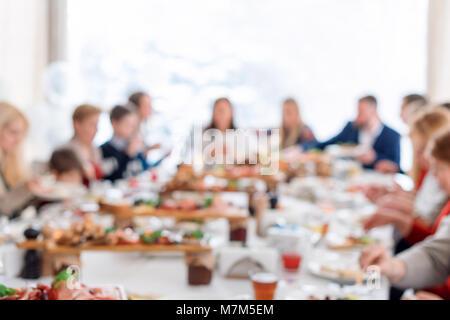 Résumé de la réunion du Groupe des amis brouillée dans le restaurant. Arrière-plan flou de personnes de race blanche Banque D'Images