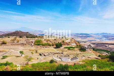 Théâtre grec et d'autres ruines de la vieille ville de Morgantina site archéologique, Sicile, Italie Banque D'Images
