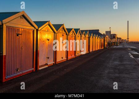 Colorés de Brighton Beach Hut Beach house le long de la côte de la jetée de Brighton. Banque D'Images
