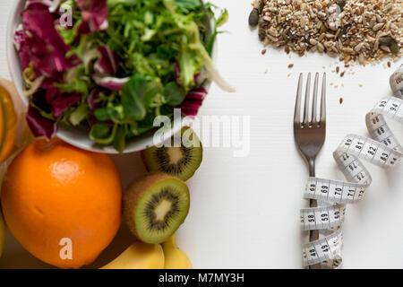 Des fruits sains, des légumes et un ruban à mesurer autour de la fourche. La perte de poids et la bonne nutrition Banque D'Images
