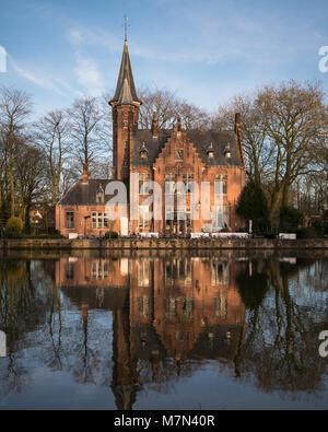 Lieu romantique en Europe. Façade de la belle maison à river promenade avec réflexion sur l'eau. Les rayons du soleil Banque D'Images
