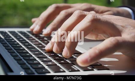 Dentiste la lecture sur de nouvelles technologies pour l'Internet. Banque D'Images