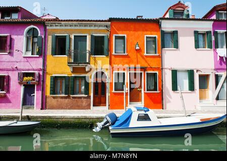 L'île de Burano, Venise, Italie, Europe - Vue panoramique des bâtiments colorés caractéristique et le canal Banque D'Images