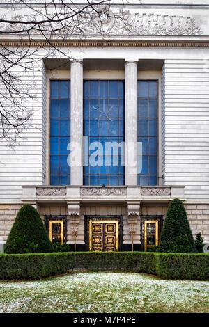 Berlin-Mitte, Unter den Linden, Ambassade de la Fédération de Russie, la façade de l'immeuble et la porte d'or orné Banque D'Images