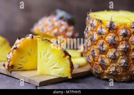 Les tranches d'ananas cut knife Banque D'Images