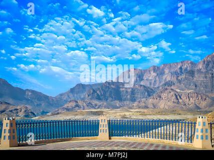 Point de vue dans le jardin pour voir le vaste paysage de montagnes, l'eau et un ciel bleu clair. Banque D'Images