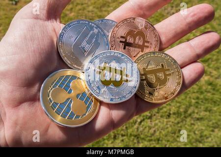 Cryptocurrency pièces dans une main, Ondulation, Bitcoin, Dash Banque D'Images