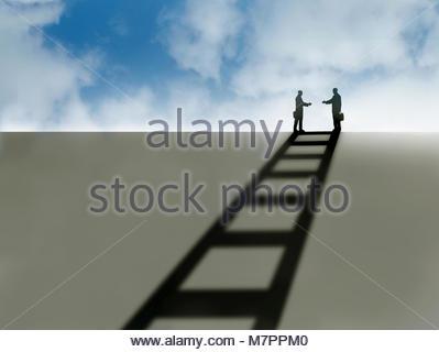 Deux hommes d'atteindre pour serrer la main d'ombre de l'échelle Banque D'Images