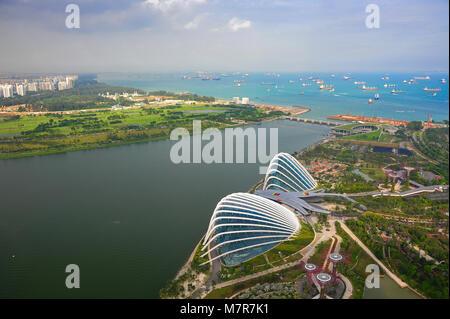 Singapour: panorama de la forêt de nuages et Dôme de fleurs dans les jardins de la baie, la Marina Bay, au centre Banque D'Images