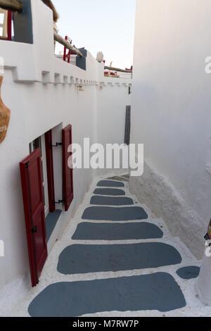 Escaliers dans les rues étroites de Chora d'Amorgos avec une fenêtre sur la gauche Banque D'Images