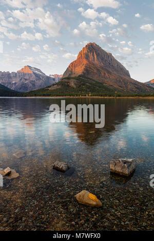 Lumière du matin au lac Swiftcurrent, Glacier National Park, Montana Banque D'Images