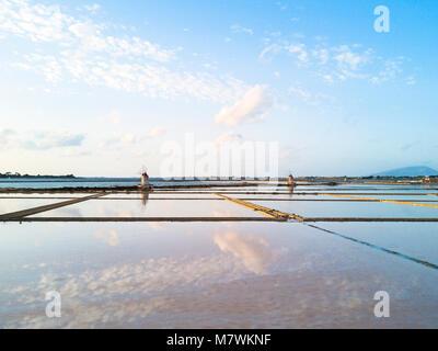 Les moulins à vent et des marais salants, Salin de Stagnone, Marsala, province de Trapani, Sicile, Italie Banque D'Images