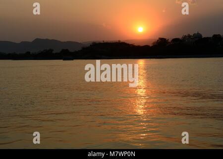 Coucher du soleil sur le lac Pichola, Udaipur Inde Rajashan