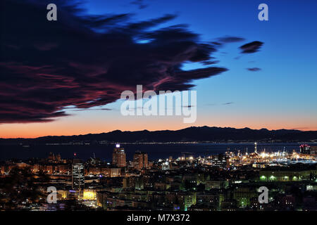 Gênes, Italie, le 29 décembre 2014 - Vue de nuit sur le centre-ville de Gênes, des bâtiments, des gratte-ciel et Banque D'Images
