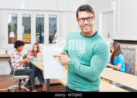 Jeune homme comme consultant ou entrepreneur présente une idée Banque D'Images