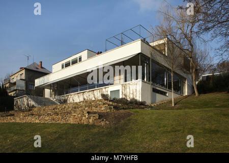 La villa Tugendhat à Brno, République tchèque, représenté par le jardin. La célèbre villa moderniste conçu par l'architecte Banque D'Images