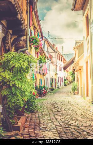 Maisons françaises traditionnels colorés à Eguisheim près de Colmar, Alsace, France, tonique libre Banque D'Images