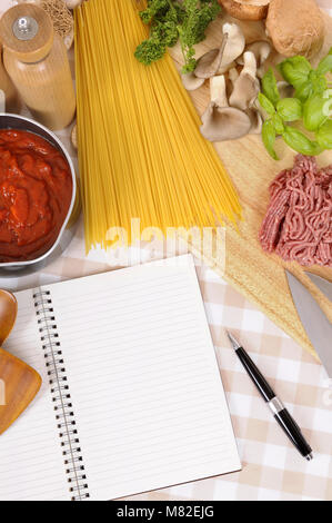 Faire de l'Italien spaghetti bolognese avec ingrédients et recette vierge livre ou livre de cuisine. L'espace pour Banque D'Images