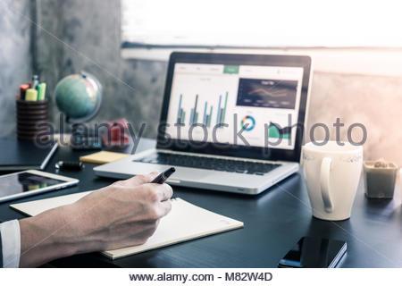 L'investissement d'affaires l'analyse des graphiques sur le bureau 24. Banque D'Images