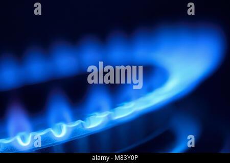 Flamme de gaz sur une cuisinière vitrocéramique, Close Up Banque D'Images