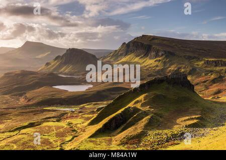 La lumière du soleil du matin sur les montagnes de la Trotternish Quiraing, île de Skye, en Ecosse. L'automne (novembre) Banque D'Images