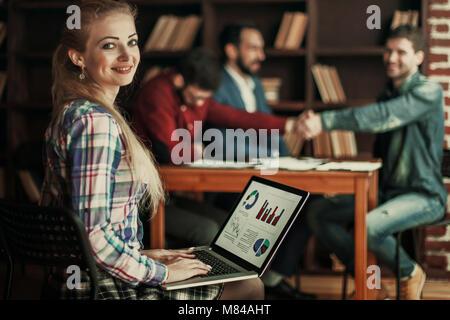 Comptable travaille avec des données financières sur l'ordinateur portable dans le bureau Banque D'Images