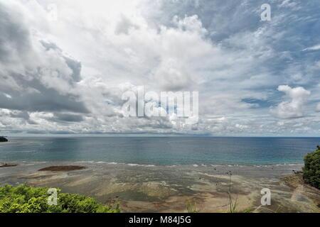 SW-wards vue de Danjugan Island Marine Reserve sur les récifs coralliens côtiers à partir d'une recherche sur la Banque D'Images