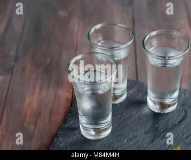 Petit verre de vin de vodka russe et concombre sel snack sur